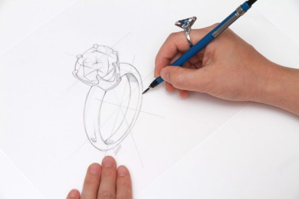 手描きジュエリースケッチ書いているところ